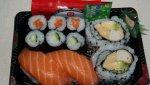 Bandeja con diferentes variedades de sushi