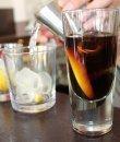 Un refresco de cola y varios vasos