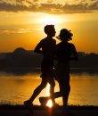 Una pareja hace ejercicio