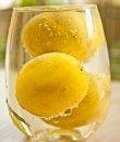 Varios limones dentro de un vaso