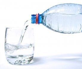 Agua virtiéndose en un vaso