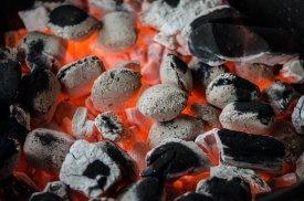 Brasas encendidas en una barbacoa