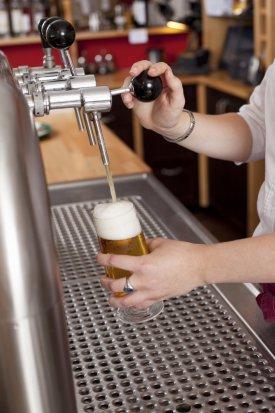 Un camarero poniendo una cerveza