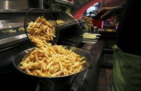 Un cocinero prepara patatas fritas