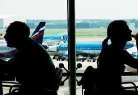 Dos personas en un aeropuerto
