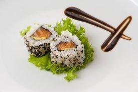 Dos piezas de sushi