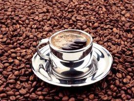 Grano de café y taza