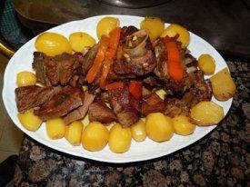 Un plato de cordero con guarnición