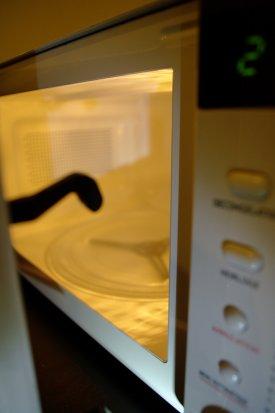 Trucos para limpiar el microondas