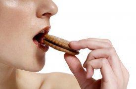 Una chica comiendo una galleta