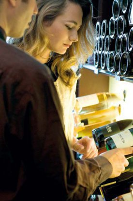 Una mujer comprando vino