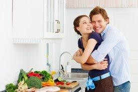 Una pareja en una cocina