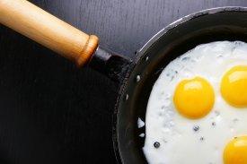 Una sartén con huevos fritos