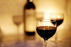 Varias copas de vino tinto