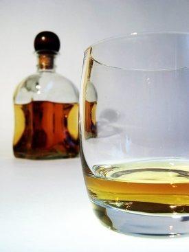 Un vaso y una botella de whisky