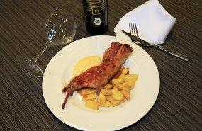 Un plato con conejo de monte