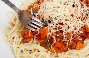 Un plato de pasta y carne