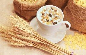 Una taza de leche con cereales