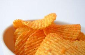 Varias patatas fritas de bolsa