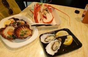 Varios platos de marisco