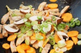 Verduras y carne en un wok