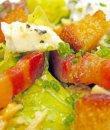 Ensalada de pan, queso y beicon